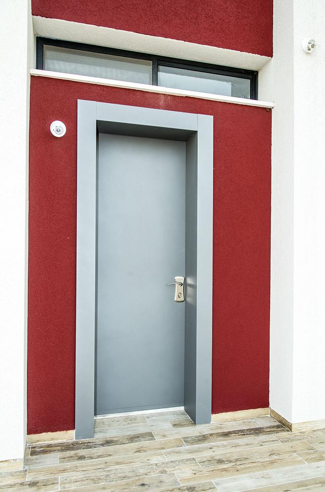 עידן דלתות - IDAN DOORS - פרויקט - דלת אפורה